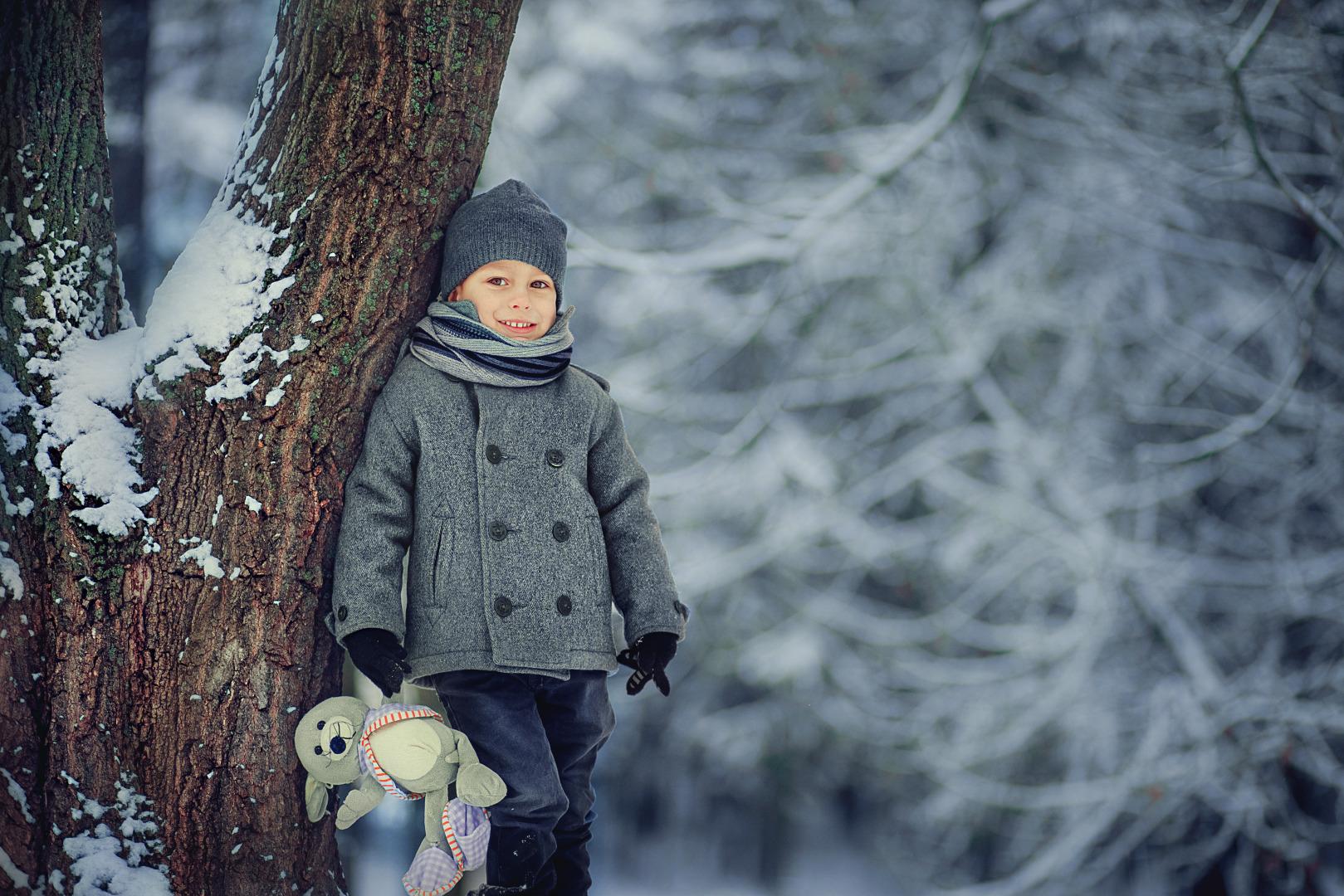 справа показывает фотосессия с детьми зимние этом красивые