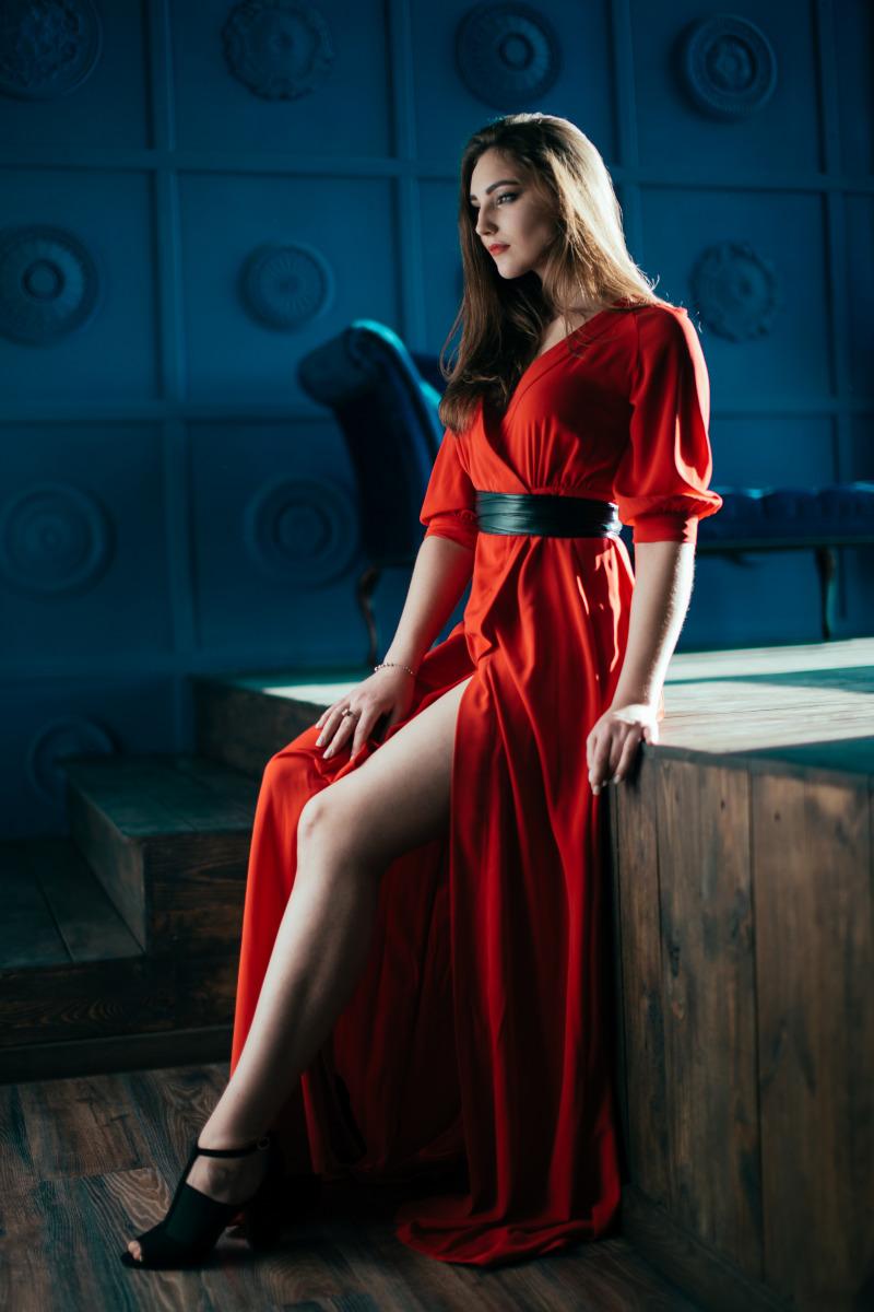 студийная фотосъемка в красном платье стороны спинки изделие