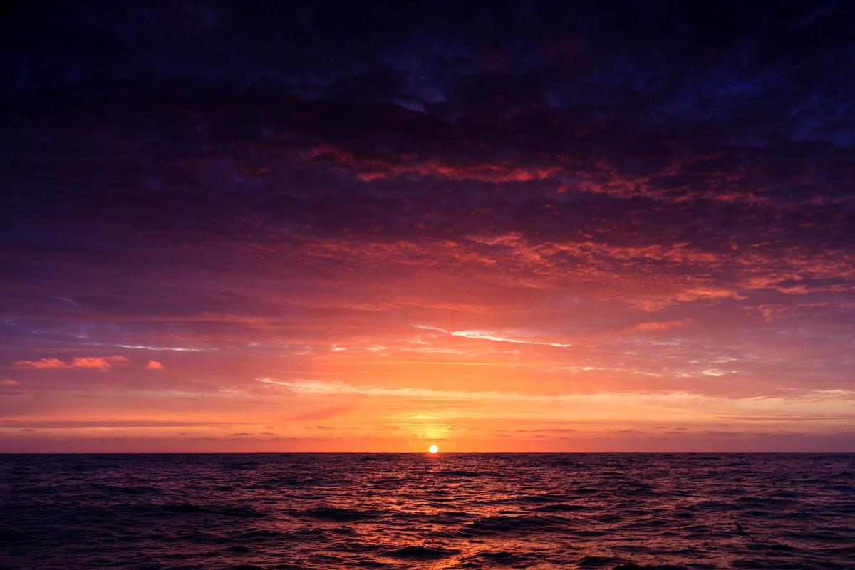 блондинка рассвет над морем фото фото