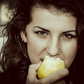 Girl with an Apple... | Фотограф Петр Цвирко | foto.by фото.бай